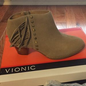 Brand new Vionic tan ankle heeled boots size 6